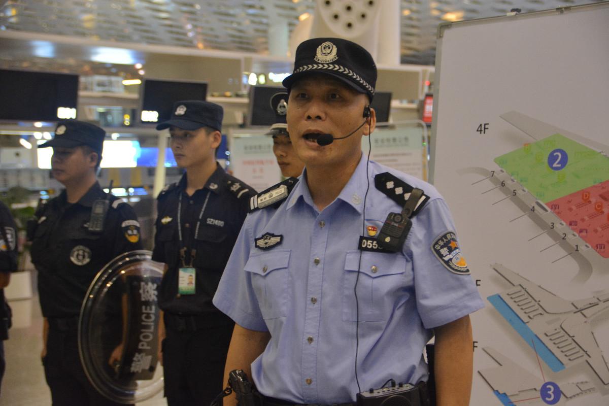 深圳机场公安人员为培训班学员做教学展示